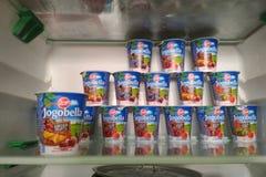 PRAGUE TJECKIEN - JULI 100, 2018: yoghurt Jogobella med olika fruktfyllningar på hyllan av ett hem- kylskåp arkivbilder