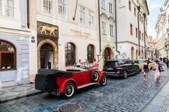 PRAGUE TJECKIEN - JULI 18: Yttre sikter av den berömda stången Arkivbild