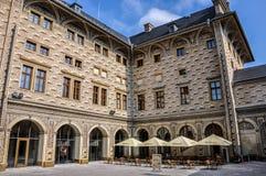 Prague Tjeckien - Juni 18, 2012: BorggårdSchwarzenberg slott i Prague Arkivfoto