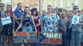 Prague Tjeckien, Juni 11, 2019: Demonstration av folkfolkmassan mot premiärministern Andrej Babis, baner med arkivfilmer