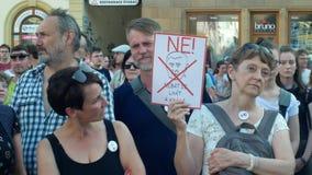 Prague Tjeckien, Juni 11, 2019: Demonstration av folkfolkmassan mot premiärministern Andrej Babis, ett baner lager videofilmer