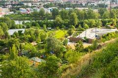 PRAGUE TJECKIEN - JUNI 10: Färgrika stolelevatorer, bergbana, ZOO-, Prague, Tjeckien-, elevatorstation och kabel Fotografering för Bildbyråer