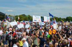Prague Tjeckien - Juni 23 2019: Folkmassa av folkprotester mot premiärministern Babis och minister av rättvisa på Letna, arkivbild