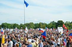 Prague Tjeckien - Juni 23 2019: Folkmassa av folkprotester mot premiärministern Babis och minister av rättvisa på Letna, royaltyfri foto