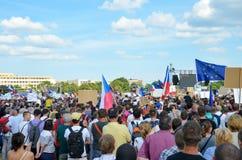 Prague Tjeckien - Juni 23 2019: Folkmassa av folkprotester mot premiärministern Babis och minister av rättvisa på Letna, royaltyfri bild