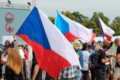 Prague Tjeckien - Juni 23 2019: Folkmassa av folkprotester mot premiärministern Babis och minister av rättvisa på Letna, arkivfoto