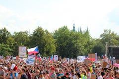 Prague Tjeckien - Juni 23 2019: Folkmassa av folkprotester mot premiärministern Babis och minister av rättvisa på Letna, royaltyfria foton