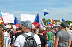 Prague Tjeckien - Juni 23 2019: Folkmassa av folkprotester mot premiärministern Babis och minister av rättvisa på Letna, arkivbilder