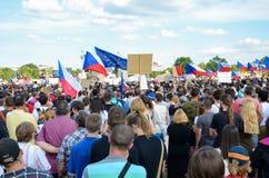 Prague Tjeckien - Juni 23 2019: Folkmassa av folkprotester mot premiärministern Babis och minister av rättvisa på Letna, fotografering för bildbyråer