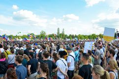 Prague Tjeckien - Juni 23 2019: Folkmassa av folkprotester mot premiärministern Babis och minister av rättvisa på Letna, royaltyfria bilder