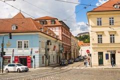 PRAGUE TJECKIEN - JUNI 7, 2017: Gammal gata i Prague på morgonen, europeiskt lopp arkivbild