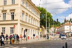 PRAGUE TJECKIEN - JUNI 7, 2017: Gammal gata i Prague på morgonen, europeiskt lopp royaltyfri fotografi