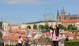 PRAGUE TJECKIEN - MAJ 17, 2017: Prague Tjeckien Den populära turist- resplanen i Praha, går till och med Fotografering för Bildbyråer