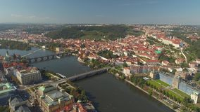 PRAGUE TJECKIEN - MAJ, 2019: Flyg- pamoramasurrsikt av stadsmitten, cityscape av Prague stock video