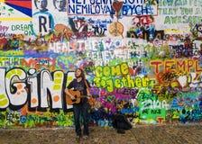 PRAGUE TJECKIEN - MAJ 20: Gatamusikern utför sånger Arkivbild