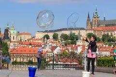 PRAGUE TJECKIEN - MAJ 17, 2017: Prague Tjeckien Den populära turist- resplanen i Praha, går till och med Arkivfoton