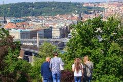 PRAGUE TJECKIEN - MAJ 17, 2017: Prague Tjeckien Den populära turist- resplanen i Praha, går till och med Royaltyfri Fotografi