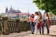 PRAGUE TJECKIEN - MAJ 17, 2017: Prague Tjeckien Den populära turist- resplanen i Praha, går till och med Royaltyfria Bilder