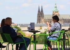 PRAGUE TJECKIEN - MAJ 17, 2017: Prague Tjeckien Den populära turist- resplanen i Praha, går till och med Royaltyfri Foto