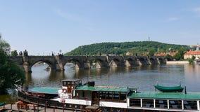 Prague Tjeckien, Maj 30, 2017 Sikt av Charles Bridge från bankerna av den Vltava floden Royaltyfri Foto