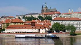 Prague Tjeckien, Maj 29, 2017 Sikt av Hradcany från bankerna av den Vltava floden Fotografering för Bildbyråer