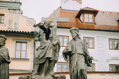 Prague Tjeckien - Maj 2014 Skulptur av den heliga frälsaren med Cosmas och Damian på Charles Bridge på fotografering för bildbyråer