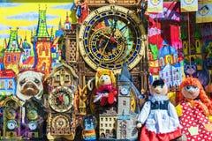 PRAGUE TJECKIEN - MAJ 15: Ställa ut av souvenir shoppar i Pr Fotografering för Bildbyråer
