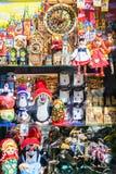 PRAGUE TJECKIEN - MAJ 15: Ställa ut av souvenir shoppar i Pr Arkivfoto