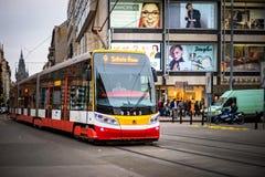 PRAGUE TJECKIEN - MARS 5, 2016: Den moderna utfärdspårvagnen nummer 9 ståtar går på gammal stad i Prague på mars 5, 2016 Royaltyfria Foton