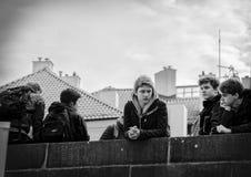 Prague Tjeckien - mars 14 2017: Gruppen av studenter på turnerar av Charles Bridge Black och den vita bilden arkivbilder