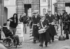 Prague Tjeckien - mars 13, 2017: Militära musiker förbigår svartvit bild för turister royaltyfri bild