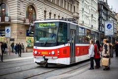 PRAGUE TJECKIEN - MARS 5, 2016: Tappningutfärdspårvagnen nummer 21 ståtar går på gammal stad i Prague på mars 5, 2016 Royaltyfria Bilder