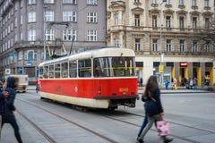 PRAGUE TJECKIEN - MARS 5, 2016: Tappningutfärdspårvagnen nummer 3 ståtar går på gammal stad i Prague på mars 5, 2016 Arkivbilder