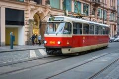 PRAGUE TJECKIEN - MARS 5, 2016: Tappningutfärdspårvagnen nummer 3 ståtar går på gammal stad i Prague på mars 5, 2016 Arkivfoto
