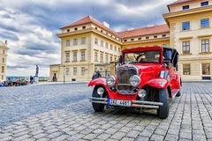 PRAGUE TJECKIEN MAY-17: Väntande på turister för röd gammal bil Royaltyfri Foto