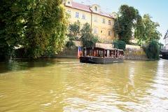 Prague Tjeckien med turistfartyget och den Vltava floden Arkivbild