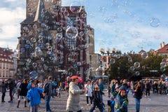PRAGUE TJECKIEN - NOVEMBER 01, 2016: Bubblor turist- dragning i Prague den gamla staden Royaltyfri Bild