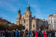PRAGUE TJECKIEN - NOVEMBER 01, 2016: Bubblor turist- dragning i Prague den gamla staden Royaltyfri Bild