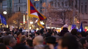 PRAGUE TJECKIEN, NOVEMBER 17, 2015: Demonstration för serviceinvandrare, flyktingar i Prague, flaggor Tibet och NATO arkivfilmer