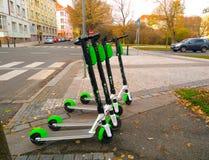 Prague Tjeckien November 1, 2018 - elektriska sparkcyklar för hyra är i parkerar i Prague arkivbild