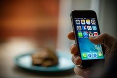 PRAGUE TJECKIEN - NOVEMBER 17, 2015: Ett närbildfoto av skärmen för start för Apple iPhone 5s med appssymboler Royaltyfri Bild