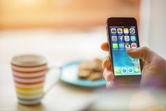PRAGUE TJECKIEN - NOVEMBER 17, 2015: Ett närbildfoto av skärmen för start för Apple iPhone 5s med appssymboler Royaltyfria Bilder