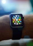 PRAGUE TJECKIEN - NOVEMBER 17, 2015: Man som utanför använder App på den Apple klockan Åtskillig Apps sikt Arkivbilder