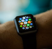 PRAGUE TJECKIEN - NOVEMBER 17, 2015: Man som utanför använder App på den Apple klockan Åtskillig Apps sikt Arkivfoto