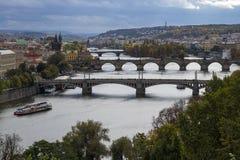 Prague Tjeckien - Oktober 8, 2017: Broar över Moldaen arkivbilder
