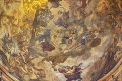 PRAGUE TJECKIEN - OKTOBER 12, 2018: Detaljen av freskomålningen av den sista domen i kupolen av St Francis av den Assisi kyrkan arkivbild