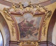 PRAGUE TJECKIEN - OKTOBER 12, 2018: Detaljen av St John evangelisten i kupolen av St Francis av den Assisi kyrkan arkivfoto