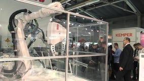 PRAGUE TJECKIEN, OKTOBER 1, 2017: En universell teknologisk automatiserad robot för industriellt innovativt arbete mycket lager videofilmer