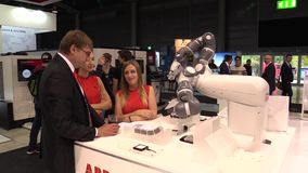 PRAGUE TJECKIEN, OKTOBER 1, 2017: En universell teknologisk automatiserad robot för industriellt innovativt arbete mycket arkivfilmer
