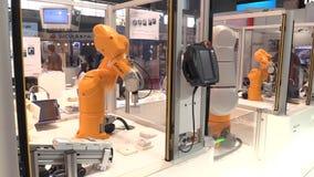 Prague Tjeckien, Oktober 1, 2017: en universell teknologisk automatiserad robot knuffar för industriellt innovativt stock video